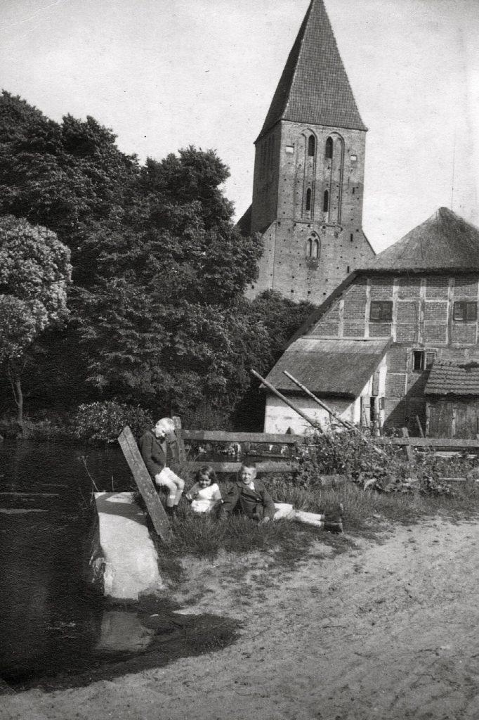 Mühlenscheune mit der Kirche im Hintergrund